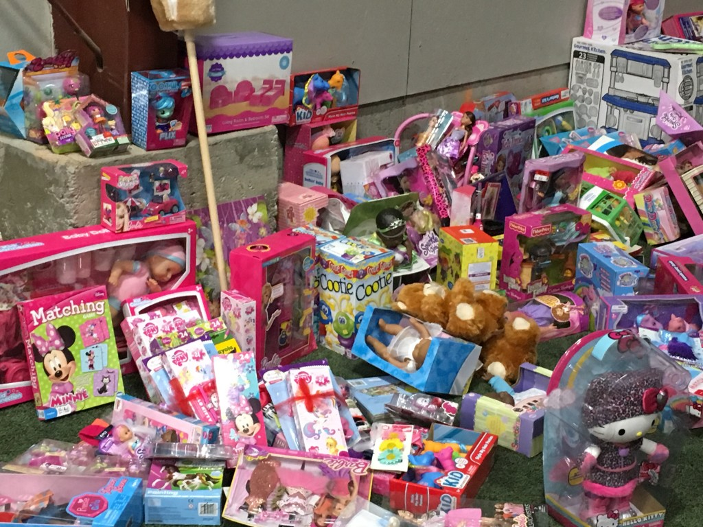 Kids Christmas Toy : Police officer helps toys for tots bring christmas to